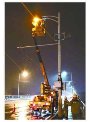 迎接军运会  长江大桥61年来第7次更换路灯 摊铺机